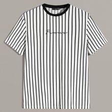 Camiseta de hombres con estampado de rayas verticales y letra