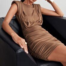 Figurbetontes Kleid mit Schlitz hinten, Ruesche und Schulterpolster