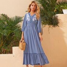 Kleid mit V Kragen, geraffter Taille, Blumen Stickereien und Raffungsaum
