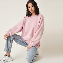 Langer Pullover mit sehr tief angesetzter Schulterpartie
