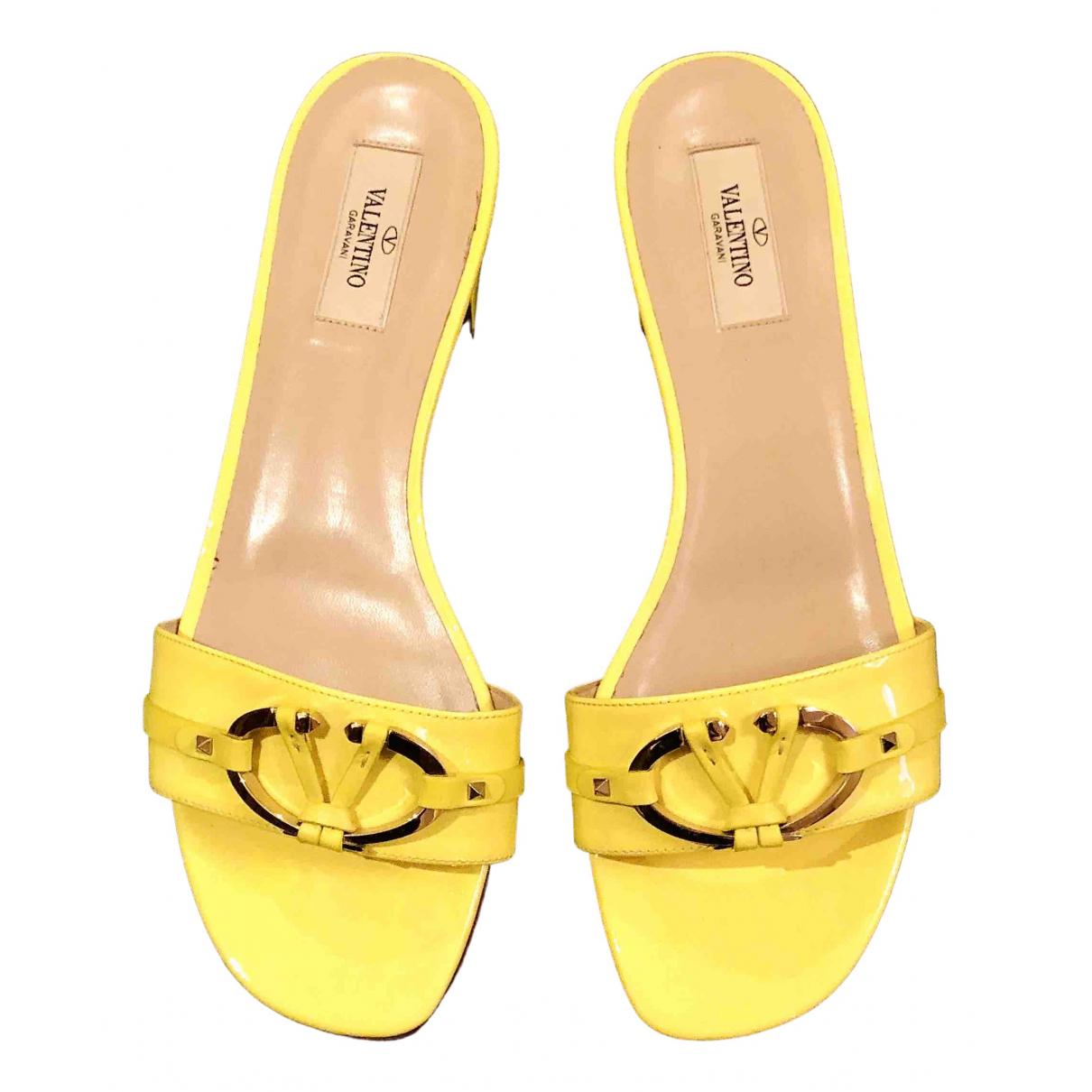 Valentino Garavani \N Sandalen in  Gelb Lackleder