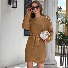 Kleid mit sehr tief angesetzter Schulterpartie, Knopfen Detail und Guertel