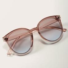 Klare Sonnenbrille mit rundem Rahmen und Etui