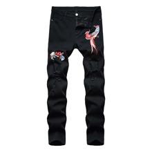 Jeans mit Stickereien und Riss