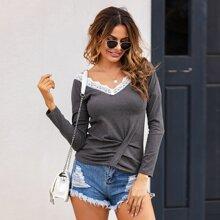 Pullover mit Spitzeneinsatz, V-Kragen und sehr tief angesetzter Schulterpartie