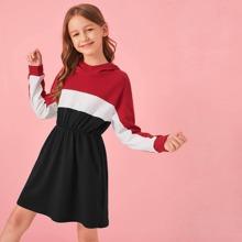Sweatshirt Kleid mit Farbblock, sehr tief angesetzter Schulterpartie und Kapuze