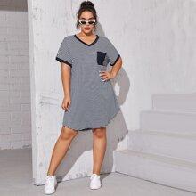 T-Shirt Kleid mit Streifen Muster und Taschen Detail