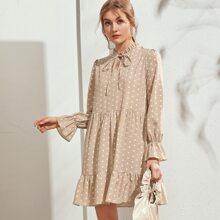 Kleid mit Punkten Muster, Halsband und Rueschenbesatz