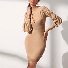 Kleid mit Bishofaermeln und Ausschnitt vorn