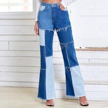 Jeans mit Farbblock, ausgefranstem Saum und ausgestelltem Beinschnitt