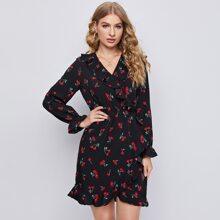 Kleid mit Rueschenbesatz und Kirsche Muster