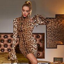 Figurbetontes Kleid mit Stehkragen, Glockenaermeln und Leopard Muster