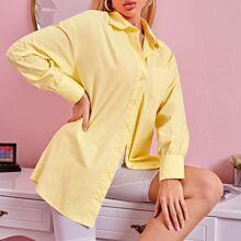 Bluse mit sehr tief angesetzter Schulterpartie und Knopfen vorn