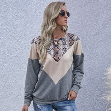 Sweatshirt mit Farbblock & Schlangenleder Muster und sehr tief angesetzter Schulterpartie