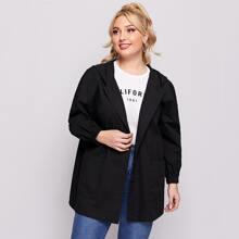 Mantel mit sehr tief angesetzter Schulterpartie, Knopfen und Kapuze