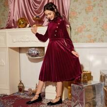 Samt Kleid mit Ruesche, Stehkragen, Knopfen und Falten am Saum