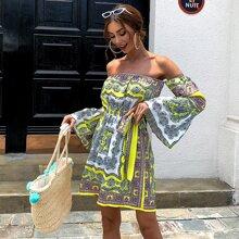 Schulterfreies Kleid mit Schosschenaermeln, Guertel und Schal Muster