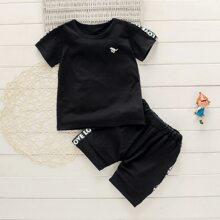 Camiseta de niñitos con bordado con cinta con letra con shorts