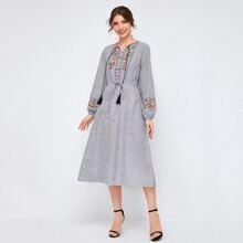 Kleid mit Quasten, Halsband, Stickereien und Streifen