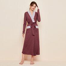 Robe mit zwei Taschen, Spitzen und Guertel