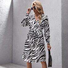 Kleid mit sehr tief angesetzter Schulterpartie, Guertel, Knopfen vorn und Zebra Streifen