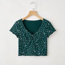 T-Shirt mit Gaensebluemchen Muster, Rueschen und gekraeuseltem Saum