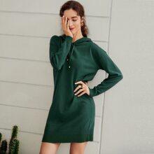 Pullover Kleid mit sehr tief angesetzter Schulterpartie, Kordelzug und Kapuze