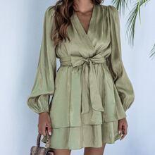 Mehrschichtiges Kleid mit V Ausschnitt vorn und Guertel
