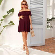 Schulterfreies Kleid mit Schosschen und Pompons