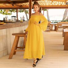 Schulterfreies Kleid mit Raffung und Glockenaermeln