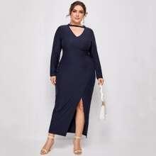 Figurbetontes Kleid mit Ausschnitt vorn und Schlitz