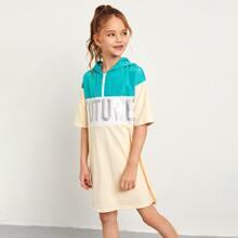 Kleid mit Buchstaben Grafik, halbem Reissverschluss und Kapuze