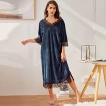 V-Ausschnitt, Spitzenkante, geteilter Saum, Nachthemd aus Samt mit Rippenstrick