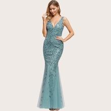 Kleid mit V-Kragen und Netzstoff