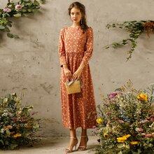 Kleid mit ueberallem Blumen Muster und Rueschenbesatz