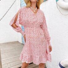 Kleid mit Bluemchen Muster und Schlitz an Ärmeln
