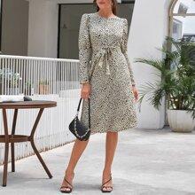 Kleid mit Gigotaermeln, Guertel und Dalmatiner Muster