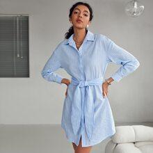 Hemdkleid mit sehr tief angesetzter Schulterpartie und Selbstguertel