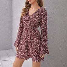 Kleid mit Schosschenaermeln und Gaensebluemchen Muster