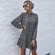 Kleid mit Bluemchen Muster und Ruesche am Kragen