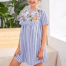 Vestido smock de rayas de dos colores con bordado floral