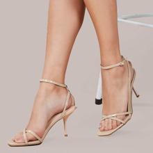 Sandalen mit Riemen, Schnalle und Kitten Absatz
