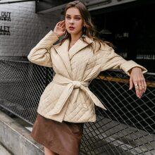 Gesteppter Mantel mit sehr tief angesetzter Schulterpartie und Guertel