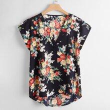 Bluse mit ueberallem Blumen Muster und abfallendem Saum