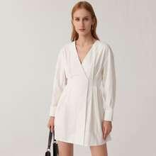 Kleid mit sehr tief angesetzter Schulterpartie, V-Kragen und Falten