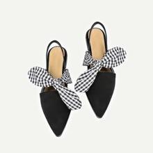 Flache spitz zulaufende Schuhe mit karierter Schleife