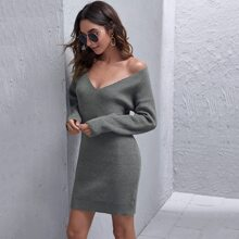 Einfarbiges Pulloverkleid mit sehr tief angesetzter Schulterpartie