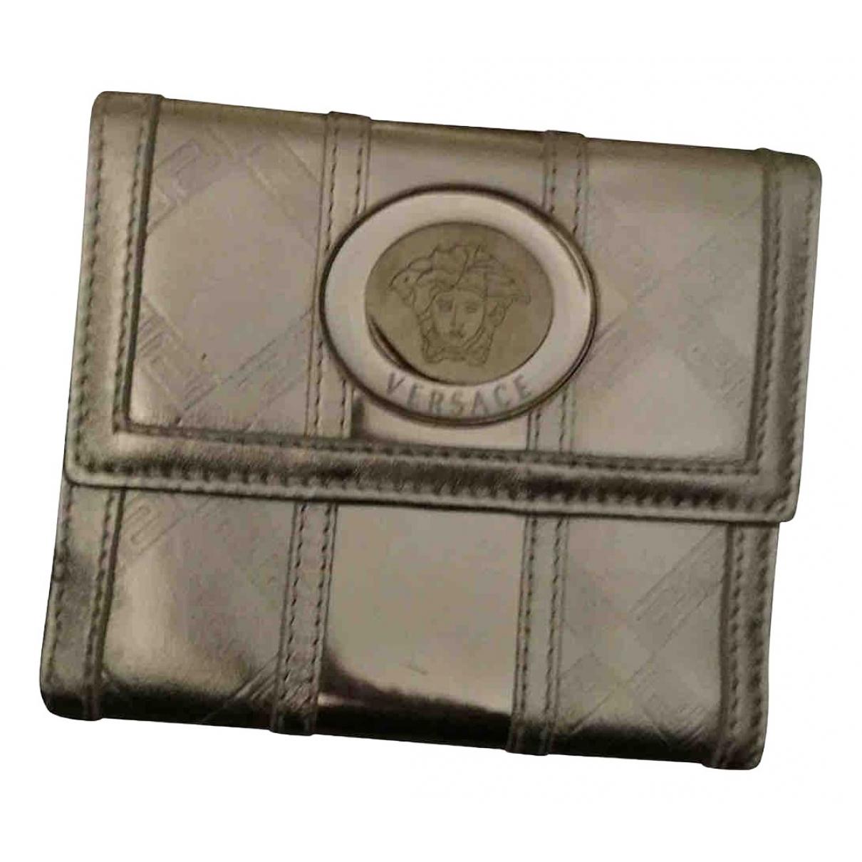 Versace - Portefeuille   pour femme en cuir verni - argente