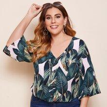 Bluse mit tropischem Muster, Glockenaermeln und V-Kragen
