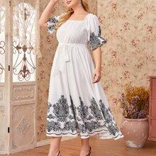 Kleid mit quadratischem Kragen, Ruesche, Manschetten, Damast Muster und Guertel